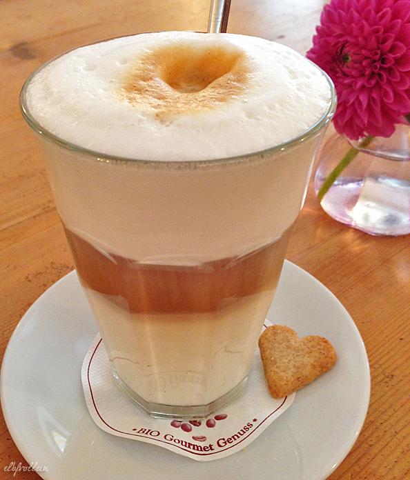 Milchkaffee im Café Lilli Su